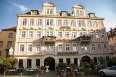Direkt an der Alten Brücke begrüßt Sie dieses historische 3-Sterne-Hotel in der Altstadt von Heidelberg mit klassisch eingerichteten Zimmern und Aussicht...