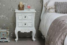 table de chevet baroque et un mini chevet décoratif, papier peint miracumeux
