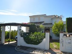LUXUSVILLA Calahonda, Costa del Sol, 3 Schlafzimmer, 2. 5 Badezimmer Cadiz, Sierra Nevada, Malaga, Eckhaus, Pergola, Outdoor Structures, Mansions, House Styles, Home Decor