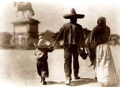"""Caminando en Reforma y Bucareli a inicios del Siglo XX.  Al fondo """"El Caballito"""""""