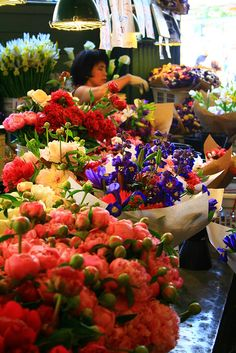 Pike's Place Flower Market Seattle. It doesn't make sense to buy flowers on vacation. Will have to keep telling myself this. Flowers For Sale, Buy Flowers, Flower Shops, Flower Market, Sleepless In Seattle, Seattle Washington, Washington State, Pike Place Market, Evergreen State