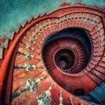 """""""Las escaleras se suben de frente, pues hacia atrás o de costado resultan particularmente incómodas"""". 21 escaleras en caracol que te llevarán al cielo"""