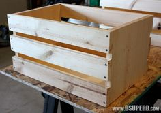 Beautiful DIY Wood Crate - step by step tutorial Woodworking Guide, Custom Woodworking, Woodworking Projects Plans, Teds Woodworking, Home Office Furniture, Diy Furniture, Diy Home Accessories, Into The Woods, Diy Holz