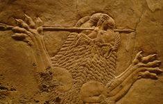 Representación en relieve de un león abatido en el transcurso de la batalla (Sala C del Palacio de Assurbanipal en Nínive, Siglo VII a.C. Londres, Museo Británico). El realismo será uno de los rasgos más destacados de  los relieves de Nínive. Lasescenas de caza, del Palacio de Asurbanipal, el último rey asirio, se puede apreciar la tensión y el  movimiento que les caracterizó. Los músculos tensos del rey y de los  animales ofrecían una nueva  imagen de la monarquía asiria: la del rey…