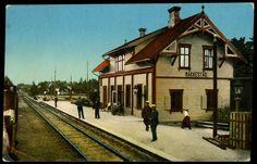 Østfold fylke Rakkestad kommune jernbanestasjonen  kolorert kort folk på perrongen Utg H.K. A/S