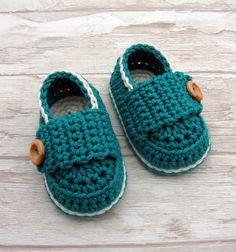Zapatos del bebé, botines del ganchillo de color turquesa y blanco roto, holgazán bebé con caja de regalo listo para el envío                                                                                                                                                      Más