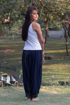 Calça Harem Azul Marinho  Lindas, folgadas e autênticas das tribos de Mao e Hmong do Norte da Tailândia, Laos e Birmânia, essas calças trazem a tradição tailandesa e oriental em seu estilo.  São produzidas a mão usando um tecido leve e macio.  http://www.calcathai.com/collections/calca-thai-harem