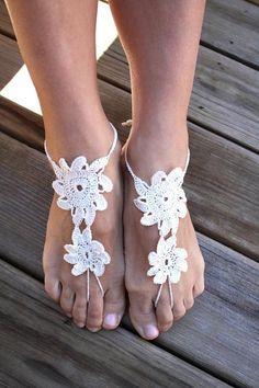 Barefoot sandals de crochet con flores blancas