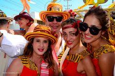 La comparsa de Club Colombia en la Batalla de Flores se destacó por estar llena de jóvenes alegres con coloridos trajes y divertidas gafas de sol - Kienyke http://www.kienyke.com/fotoshow/comparsa-con-sabor-caribe-5/#
