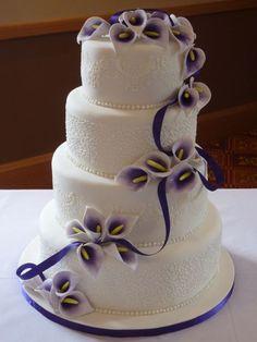 Emeletes torta kézzel készített kála virággal