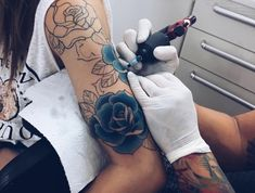séance de tatouage de rose bleu tattoo roses bleues rosier