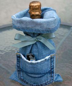 Usar a calça jeans velha para embrulhar o vinho. O bolso guarda um saca-rolha.