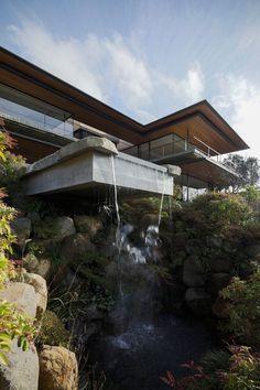 箱根富士見台 メイン棟 | Kidosaki Architects Studio Residential Architecture, Amazing Architecture, Architecture Design, Home Interior, Interior And Exterior, Dream Home Design, House Design, Waterfall House, Japanese Home Design