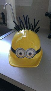 My minion costume hat. Pipe cleaners, plastic hay, electric tape, and minion… Minion Theme, Minion Birthday, Minion Party, Happy Birthday, Birthday Parties, Theme Halloween, Fall Halloween, Happy Halloween, Halloween Decorations