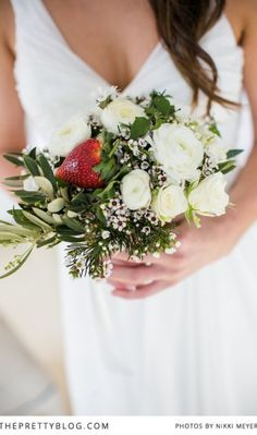 strawberry and white ranunculus bouquet | Berry and Cherry Wedding |  Matrimonio primaverile rosso e verde http://theproposalwedding.blogspot.it/ #spring #wedding #cherry #berry #strawberry #matrimonio #primavera #fragole #ciliegi