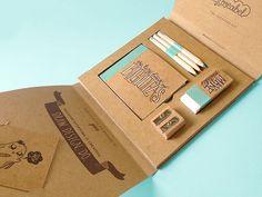 Creativos diseños de portafolios creativos hechos de... - Frogx Three Business Card Maker, Unique Business Cards, Brand Packaging, Packaging Design, Sales Kit, Self Promo, Bookbinding, Corporate Gifts, Box Design