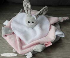 Tuto tout simple : le petit panier en tissu (ou la petite panière...ou la petite corbeille...à couches, vide-poches, ou à tout ce qu'on veut) - Huguette Huguette Dou Dou, Couture Sewing, Diy And Crafts, Rabbit, Vide, Inspiration, Simple, Patch, Plushies