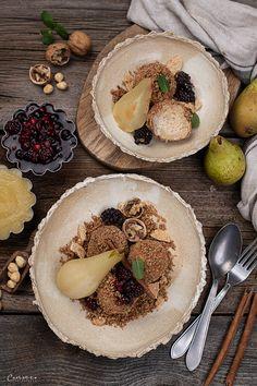 Österreichische Topfenknödel (Quarkknödel), Topfenknödel zuckerfrei mit Nussbröseln & pochierter Birne, Topfen Knödel, Knödel mit Topfen, süße Knödel, zuckerfreie Rezepte, Rezept Quark Knödel, pochierte Birnen, Topfenknöde LOW CARB, gesundes Rezept für Topfenknödel Healthy Recipes, Healthy Food, Hummus, Camembert Cheese, Teller, Ethnic Recipes, Low Carb, Apple Chicken, Poached Pears