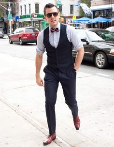Cocktail waistcoat schick, bow ties, vest and bow tie, fashion over Vest And Bow Tie, Bow Ties, Look Man, Tie Styles, Men Style Tips, Style Men, Fashion Over 40, Men's Fashion, Fashion Stores