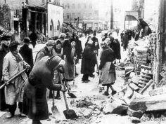 Die Trümmerfrauen räumten die Straßen auf. Die Arbeit war schwer.