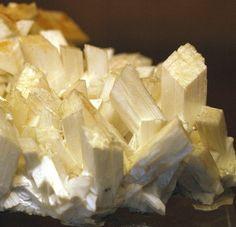 http://geology.about.com/od/minerals/ig/zeolites/minpiclaumontite.htm