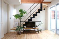 リビング階段にはスケルトン階段がおすすめ?吹き抜けにすべき?間取りの注意点は? | 重量木骨の家 Small House Plans, House In The Woods, Stairs, Architecture, Interior, Home Decor, Design Ideas, Little House Plans, Arquitetura