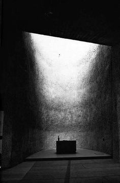 Photographed by Yukio Futagawa - The Chapel of Notre Dame du Haut - Le Corbusier Sacred Architecture, Religious Architecture, Light Architecture, Concept Architecture, Interior Architecture, Futuristic Architecture, Ronchamp Le Corbusier, Arch Light, Light And Space