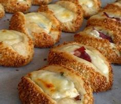 Pastry with Cheese – hanife intepeli Pastırmalı Kaşarlı Poğaça Those who have done this before are a wonderful pastry, pastrami pastry with pastry (you can prepare the desired internal material) . Snack Recipes, Cooking Recipes, Dessert Recipes, Bread Recipes, Tea Time Snacks, Yummy Food, Tasty, Breakfast Items, Turkish Recipes