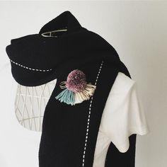 Black scarf with purple scarf pin. #fashionitem #手織り #マフラー #handwovenscarf #ストールピン #ブローチ #ストールピンひとつあると便利 #なかなかかわいい #iichi #creema #pinkoi #minne