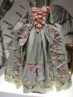 from these hands - Journal  This dress is made ENTIRELY from paper.. Beautiful! Have you ever seen anything like it?