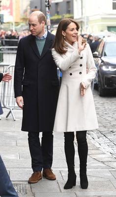 Duchess of Cambridge Kate Middleton wore a white Reiss coat with skinny jeans and black block-heeled ankle boots in Ireland. Kate Middleton Outfits, Style Kate Middleton, Kate Middleton Photos, Kate Middleton Fashion, Middleton Wedding, Princess Kate Middleton, Cambridge Satchel, Casual Street Style, Celebrity Dads