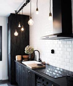 Lâmpadas incandescentes penduradas como pendentes: ideia prática e muito, mas muito criativa.