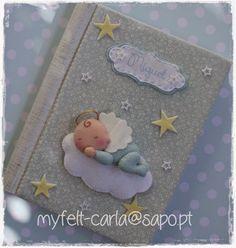 Álbum de fotografias forrado a tecido e decorado com um anjinho em feltro.