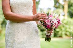 Kleurrijk, vintage bruidsboeket in de handen van de bruid. gipskruid, roos, rozen, roze, bloemen, flowers, bloem, pioenroos, wit, kant, vintage, wedding, bridal bouquet, bride's bouquet, roses, rose, http://www.rikkemienfotografie.nl/
