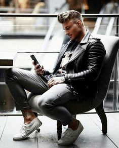 Men's Leather Jackets: How To Choose The One For You. A leather coat is a must for each guy's closet and is likewise an excellent method to express his individual design. Leather jackets never head out of styl Leather Jacket Outfits, Vintage Leather Jacket, Men's Leather Jacket, Leather Men, Leather Jackets, Leather Coats, Johnny Edlind, Fashion Moda, Mens Fashion