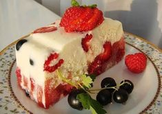 Low-calorie cake Ingredients: sour cream - 500 g cake - 300 g gelatin - 3 tablespoons Strawberry Sugar - 1 cup kiwi Preparation: cup cold No Bake Desserts, Just Desserts, Food Cakes, Cupcake Cakes, Low Calorie Cake, Cake Recipes, Dessert Recipes, Summer Cakes, Pie Cake