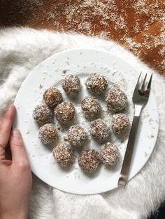 I dolcetti cocco e cacao sono sorprendente buoni e, non ci crederete, senza zucchero, senza grassi e si fanno solo con il frullatore. Ah, sono anche vegani!