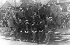 """Vooral jonge Wetterse opgeëisten en hun Duitse bewakers in het zogenaamde """"mattekot"""" in Melle, een buurgemeente van Wetteren. Het """"mattekot"""" was een atelier waar het Duitse leger matten van wilgentakken liet vlechten, die gebruikt werden bij de bouw van loopgraven en versterkingen.  De dwangarbeiders werden dus door de Duitsers ook in eigen streek ingezet, en ook achter het front in de Westhoek."""