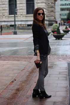 Look con camisa negra, pantalones pitillos grises y blazer negra.por The Highville  Black shirt, grey skinny jeans and black blazer outfit by The Highville  https://thehighville.com/blog/como-llevar-una-camisa-negra/#more-12991