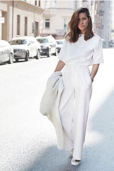 T-shirt branca, calça de alfaiataria branca ampla, tênis metalizado