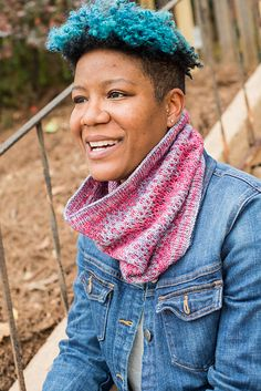 Oscillare pattern by Barbara Benson. Two colors of the DK weight Merino/Alpaca blend Dos Tierras yarn from Malabrigo come together to make this beautiful and easy colorwork cowl.
