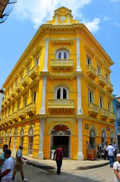 Republican style building in Cartagena, Colombia Places Around The World, Travel Around The World, Around The Worlds, Beautiful Buildings, Beautiful Places, Colourful Buildings, Interesting Buildings, Ecuador, Uruguay