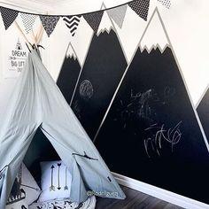 •Dagen DIY•  Höga berg och djupa dalar.. Så fint med bergstoppar i rummet, dock slår detta allt. Snyggt och funktionellt samt kreativt. Kritvägg och berg  super snyggt hemma hos  fina  @rodriiiguezj ❤️. . . #barnrumsinspo #inspo #diy #barnrum #kidsroom #målarvägg #kritvägg Handmade Crafts, Dream Big, Baby Room, Playroom, Rv, Nursery, Tapestry, Photo And Video, Creative