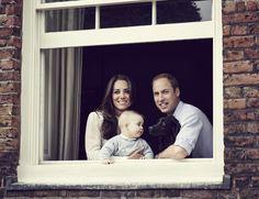 IlPost - Londra, Regno Unito - Kate Middleton e il principe William con il piccolo principe George e il cane Lupo, fotografati da Jasn Bell a Kensington Palace, a Londra (©Jason Bell)