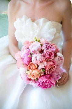 różowy bukiet ślubny z różowych piwonii i róż