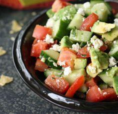 Sommersalat mit Tomaten, Gurken und Avocado