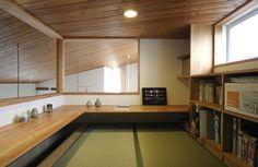 この写真「ロフトに設けた書斎」はfeve casa の参加建築家「片倉隆幸建築研究室/片倉隆幸建築研究室」が設計した「湖畔の片流れ」写真です。「木質,和モダン,吹き抜け,開放感」に関連する写真です。「趣味を楽しむ家 」カテゴリーに投稿されています。 Tatami Room, Minimalist Room, Japanese Interior, Space Architecture, Tiny House Plans, Japanese House, House Rooms, Interior Design, Interior Decorating