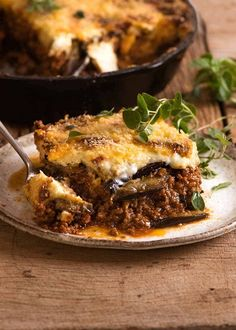Moussaka is to the Greek what Lasagna is to Italians. A rich tomato meat sauce layered with eggplant rather than pasta sheets, and beat with a thick layer of béchamel sauce, this conventional Greek formula Eggplant Moussaka, Eggplant Lasagna, Traditional Greek Moussaka Recipe, Moussaka Recipe Greek, Mousaka Recipe, Recipetin Eats, Paella, Greek Dishes, Mediterranean Dishes