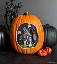 Looking for Halloween pumpkin decorating ideas? This spooky DIY pumpkin diorama is the perfect project with which to decorate your house this Halloween. Halloween Diorama, Yeux Halloween, Easy Halloween Crafts, Halloween House, Holidays Halloween, Halloween Pumpkins, Halloween Fun, Halloween Decorations, Spooky House