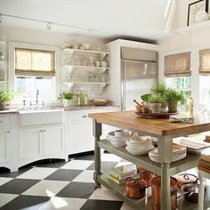 carrelage damier noir et blanc, cuisine coquette en blanc avec plan de travail avec rangement